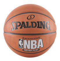 Spalding® Ballon de basket-ball Neverflat® Hexagrip à prise souple