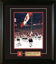Frameworth Sports Cadre photo Team Canada épinglette et plaque Sidney Crosby Portant le drapeau 2010, 8 x 10 po
