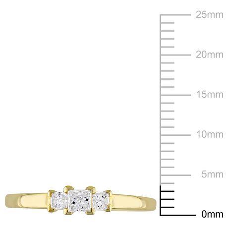 Bague de fiançailles à trois pierres Miabella avec diamants de coupe princesse 1/4 CT poids total en or jaune 10K - image 3 de 5