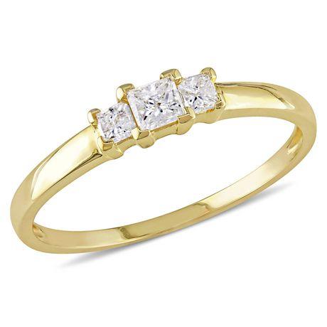 Bague de fiançailles à trois pierres Miabella avec diamants de coupe princesse 1/4 CT poids total en or jaune 10K - image 1 de 5
