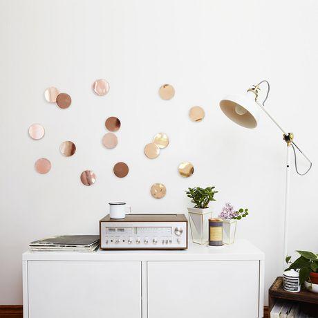 D/écoration murale Confetti comprenant 16 pastilles autocollantes en m/étal de couleur cuivr/ée UMBRA Confetti dots copper de 7cm de diam/ètre.