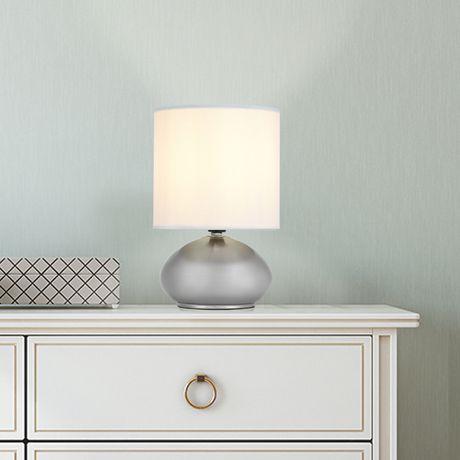 Lampe de table avec abat-jour en fausse soie blanche et base métal nickel brossé (ensemble de 2), Cresswell - image 8 de 9