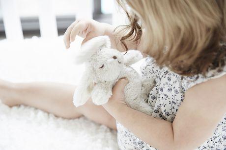 Jouet hochet en peluche lapin Cloud b pour bébé - image 2 de 3