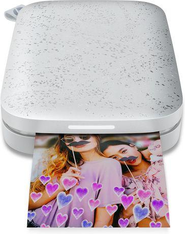 Portable, imprimante noire HP Sprocket, impression de photo de deux filles souriantes